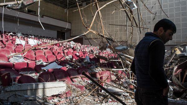 Разрушенный обстрелом кинотеатр в городе Шуши в Карабахе