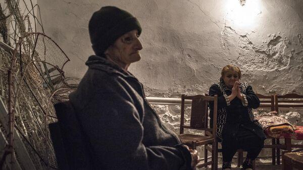 Местные жители в подвале одного из домов города Мартуни