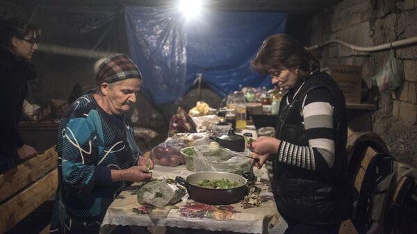 Местные жители готовят еду в подвале одного из домов города Шуши