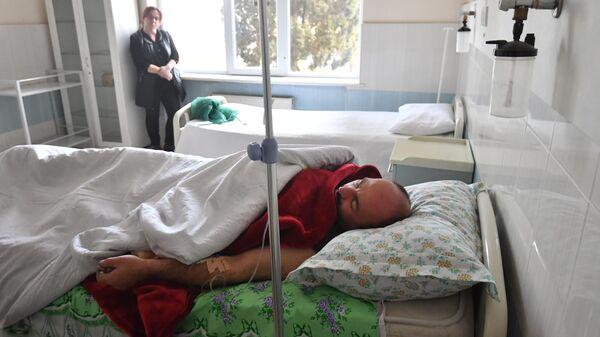 Пострадавший в результате ракетного обстрела в больнице города Гянджа