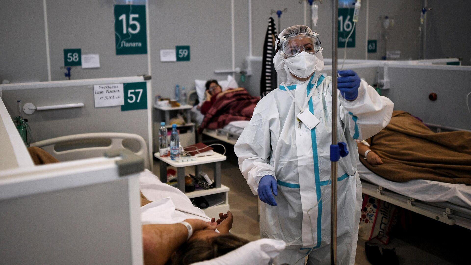Медицинский работник во временном госпитале для пациентов с COVID-19 в Сокольниках - РИА Новости, 1920, 20.10.2020