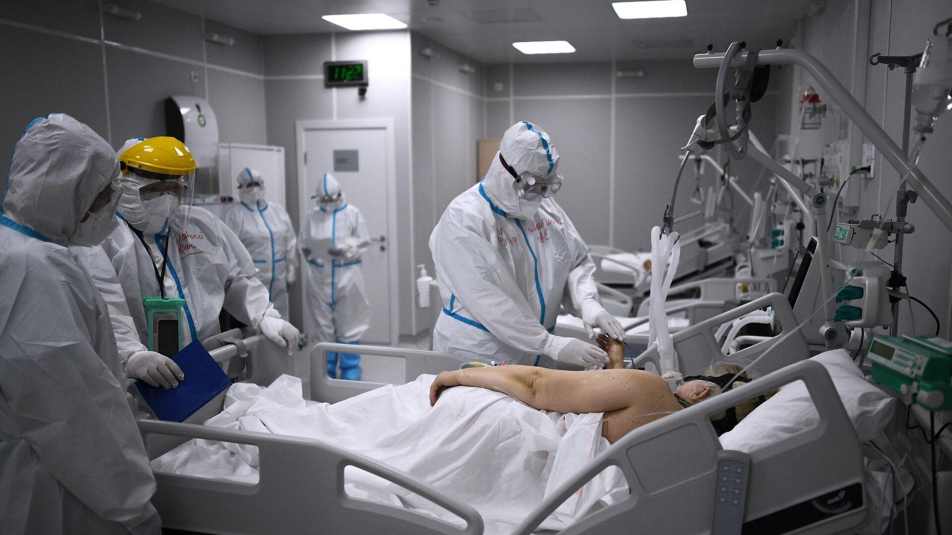 Медицинские работники во временном госпитале для пациентов с COVID-19 в Сокольниках - РИА Новости, 1920, 14.10.2020