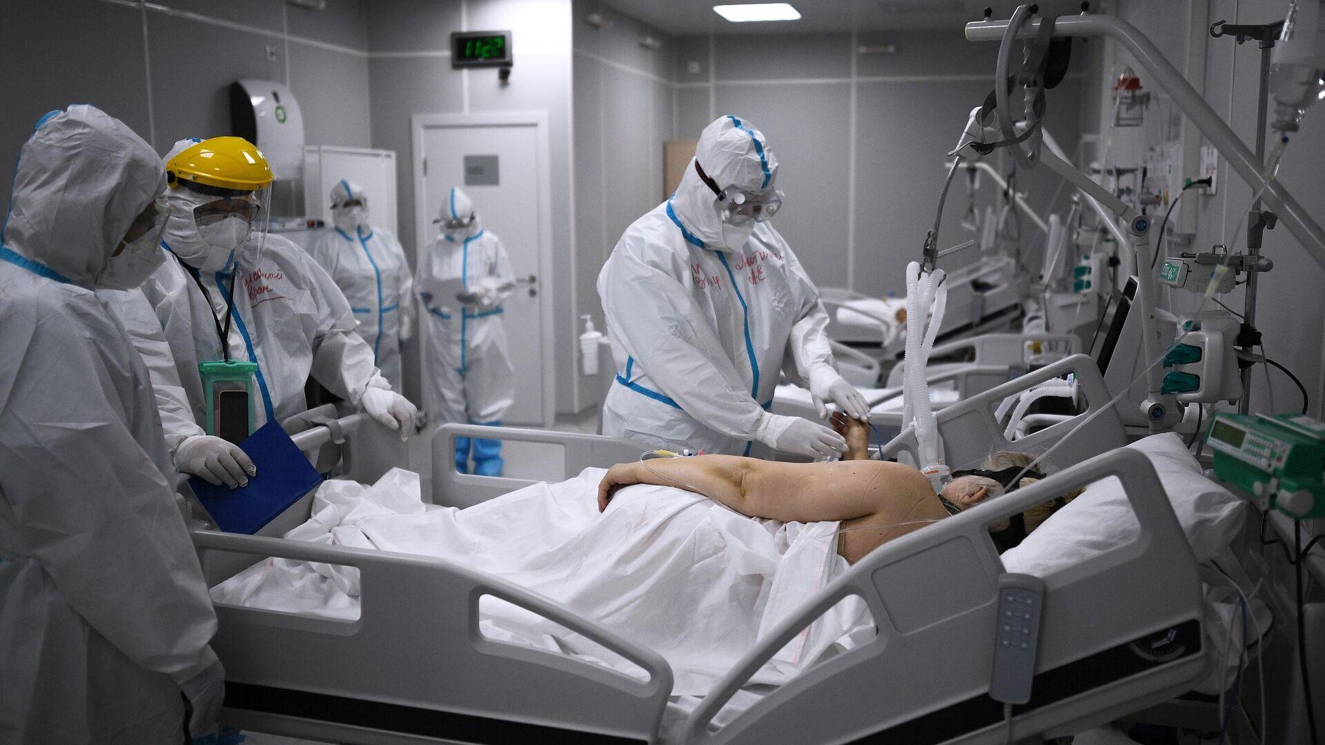 Медицинские работники во временном госпитале для пациентов с COVID-19 в Сокольниках - РИА Новости, 1920, 21.11.2020