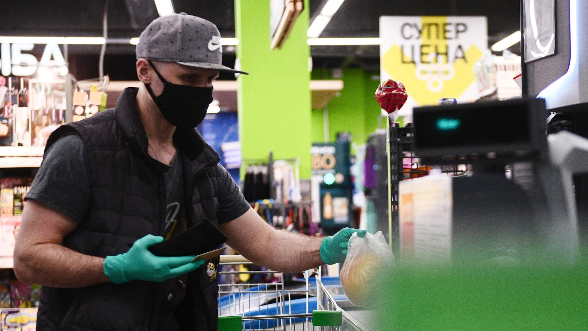 Покупатель оформляет покупку на кассе в продуктовом магазине - РИА Новости, 1920, 09.08.2021