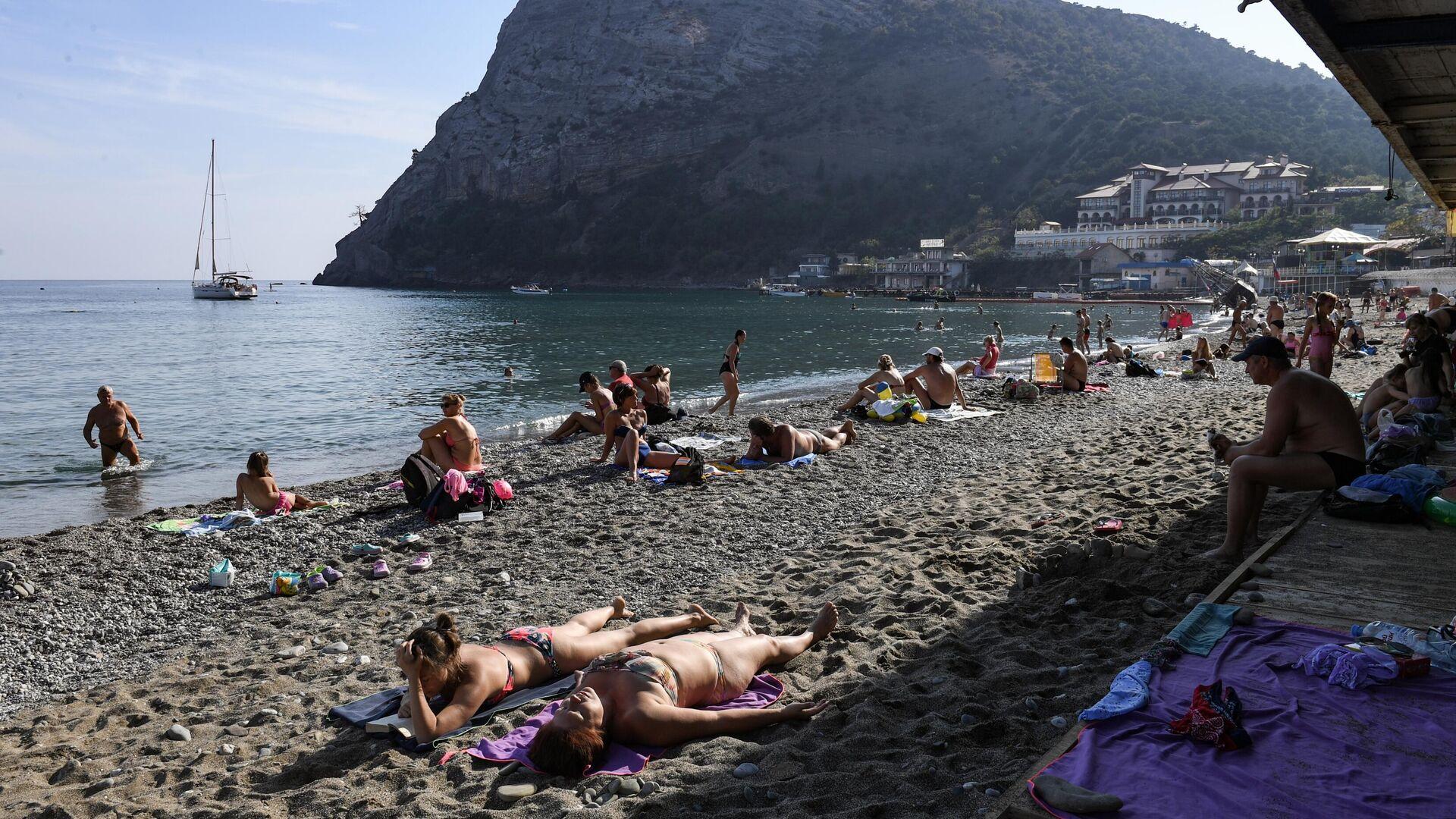 Люди загорают на пляже в поселке Новый Свет в Крыму - РИА Новости, 1920, 08.04.2021