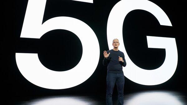Тим Кук во время презентации смартфона iPhone 12