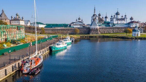 Экспедиционная яхта Петр Первый у причала Соловецкого ставропигиального мужского монастыря
