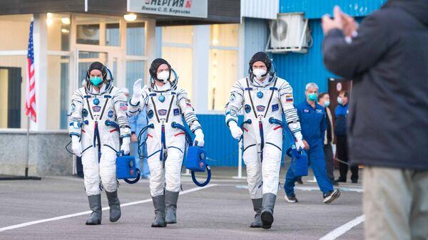 Участники основного экипажа 64-й экспедиции на Международную космическую станцию перед запуском ракеты-носителя Союз-2.1а с транспортным пилотируемым кораблем Союз МС-17