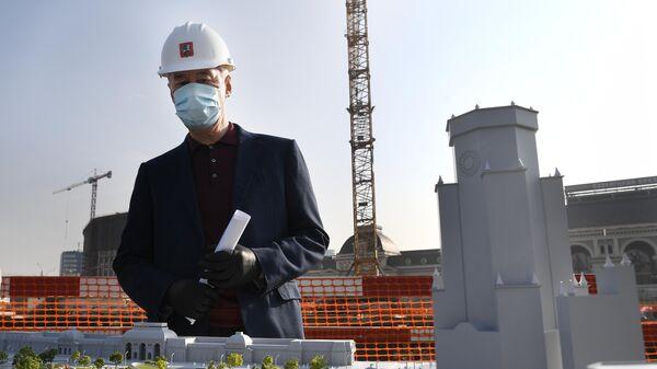 Мэр Москвы Сергей Собянин у макета Павелецкой площади во время осмотра хода ее реконструкции