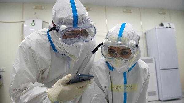 Медицинские работники во временном госпитале для пациентов с COVID-19 в ледовом дворце Крылатское