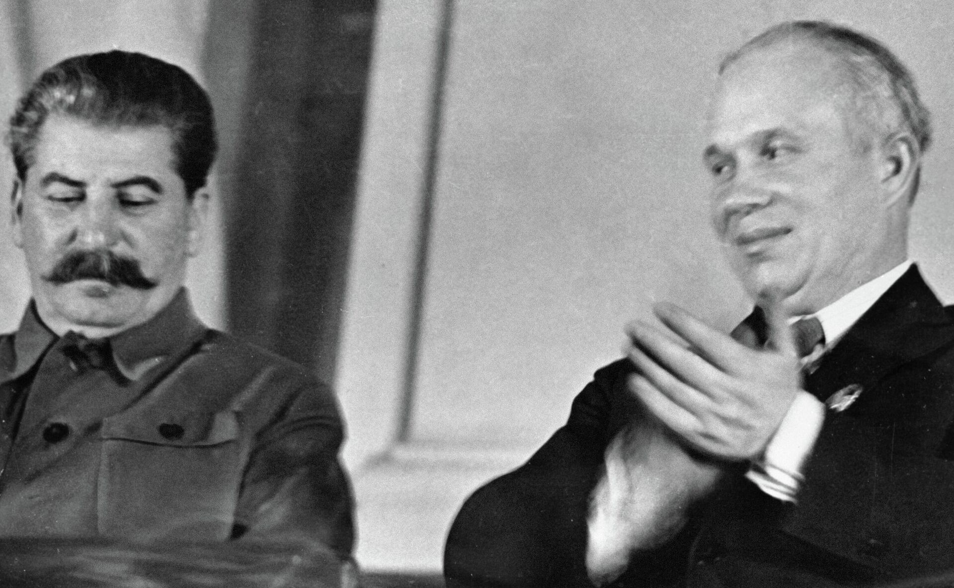 Генеральный секретарь ЦК ВКП (б) Иосиф Сталин (слева) и член ЦК Никита Хрущев в президиуме Х съезде комсомола. - РИА Новости, 1920, 24.02.2021