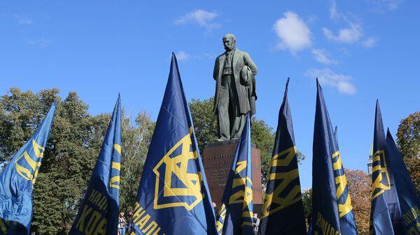 Участники марша националистов у памятника Тарасу Шевченко в Киеве