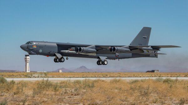 Американкий бомбардировщик B-52H Stratofortress с гиперзвуковой крылатой ракетой AGM-183A
