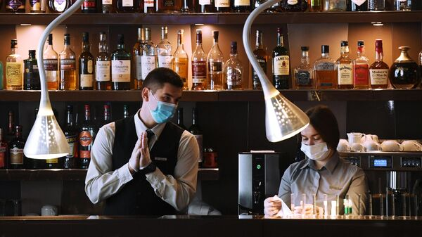 Сотрудники бара в защитных масках