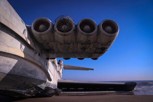 Советский ракетный экраноплан Лунь, лежащий на побережье Каспийского моря близ Дербента