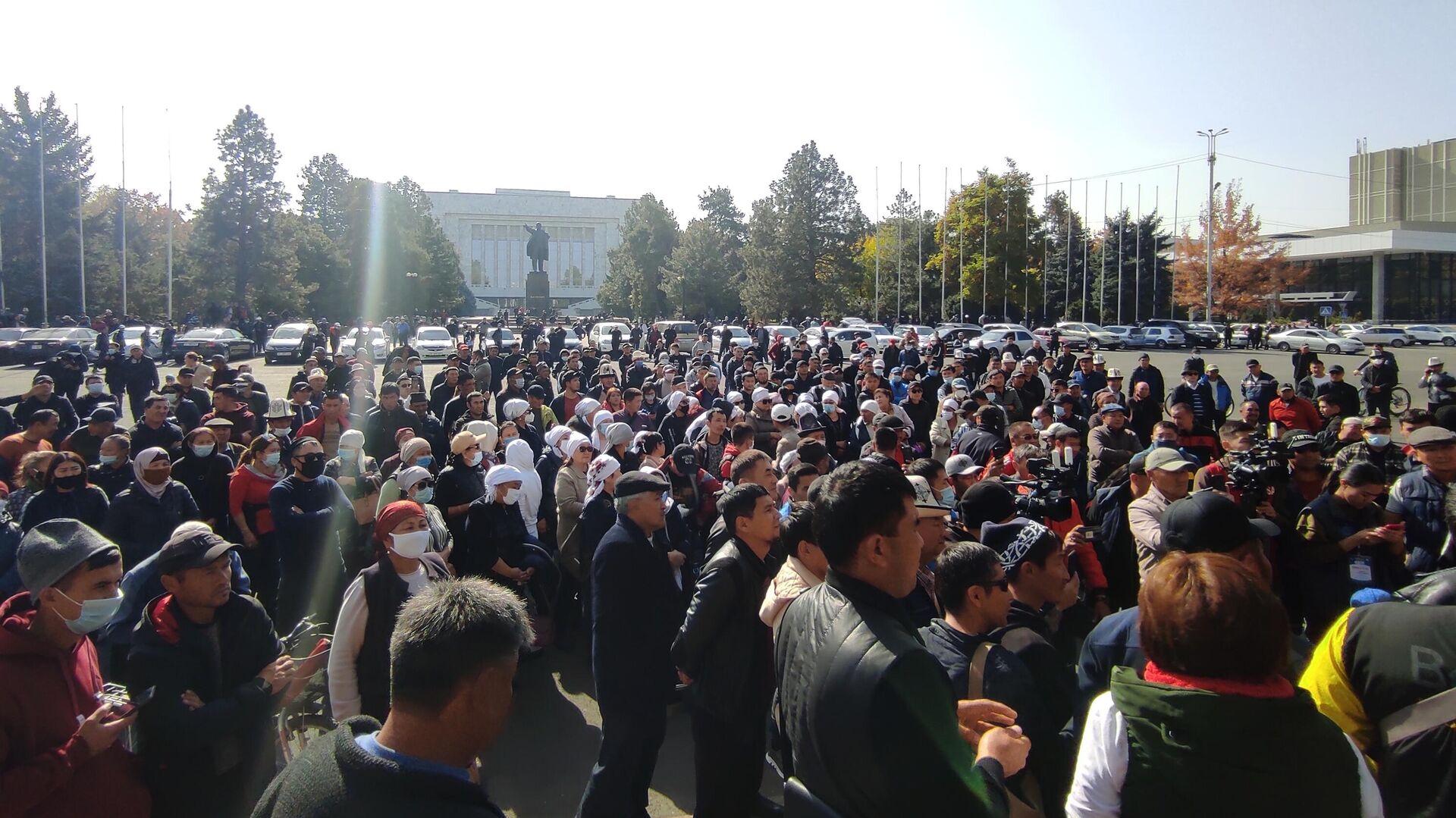 Митингующие у дома правительства в Бишкеке. Президент Киргизии Сооронбай Жээнбеков объявил об уходе в отставку - РИА Новости, 1920, 20.10.2020