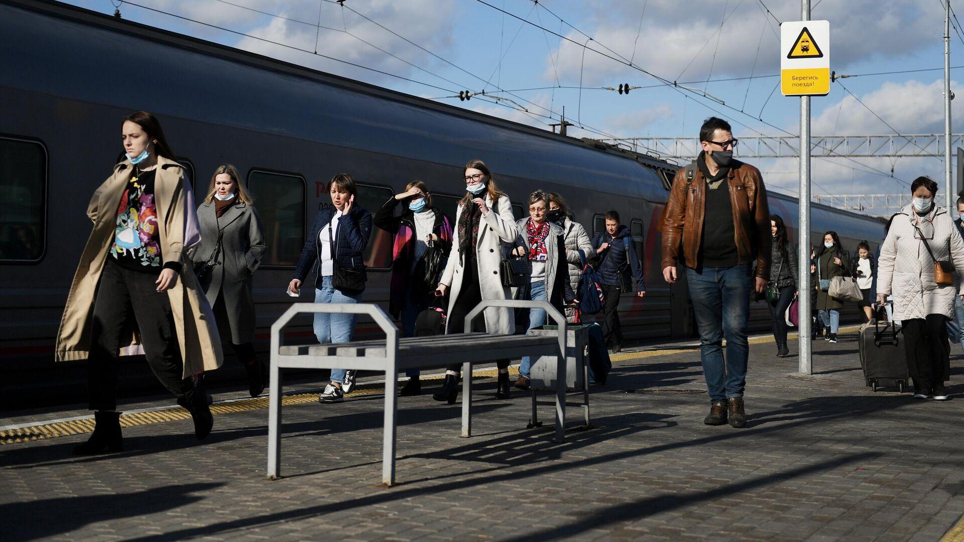 Пассажиры на платформе Ярославского вокзала в Москве - РИА Новости, 1920, 18.10.2020