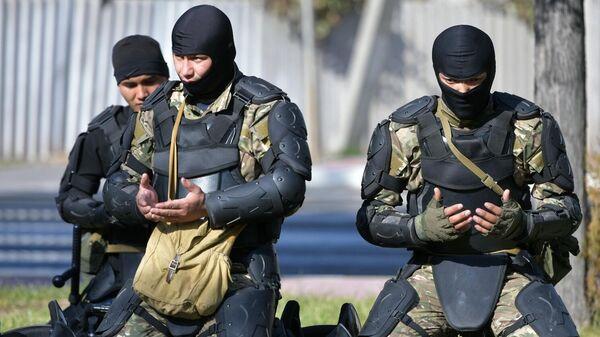Сотрудники правоохранительных органов в Бишкеке