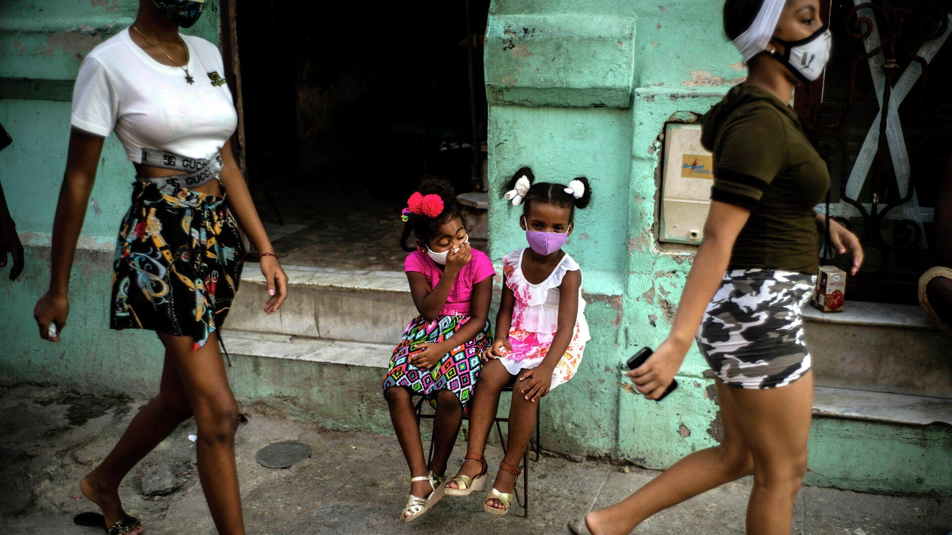 Девочки в защитных масках ждут своих родителей на улице Гаваны - РИА Новости, 1920, 05.09.2021