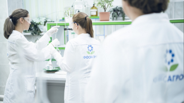 Сотрудники компании  ФосАгро в лаборатории