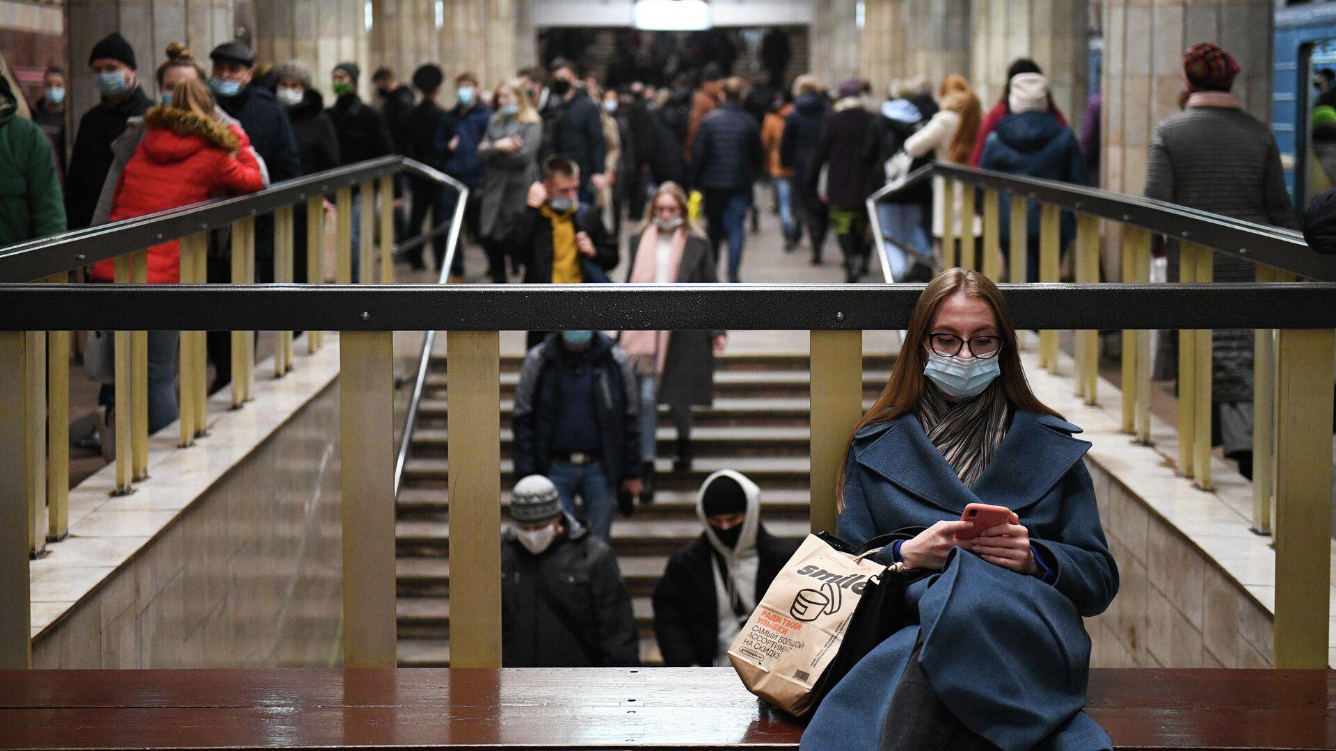 Девушка на станции метро Красный проспект в Новосибирске - РИА Новости, 1920, 20.10.2020