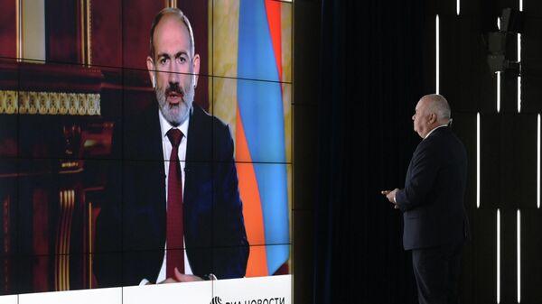 Генеральный директор МИА Россия сегодня Дмитрий Киселев берет интервью у премьер-министра Армении Никола Пашиняна в режиме видеоконференции