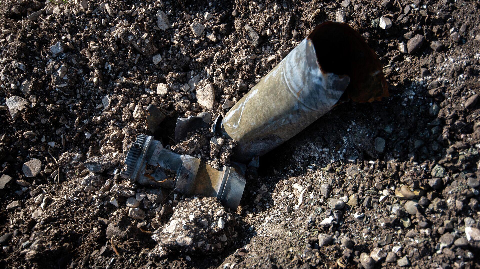 Осколки снарядов неподалеку от попавшей под обстрел средней школы №2 в Мартуни - РИА Новости, 1920, 18.10.2020
