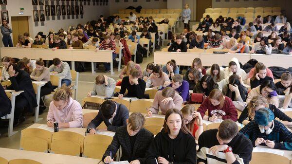 Участники международной акции Тест по истории Отечества в Уральском государственном университете в Екатеринбурге