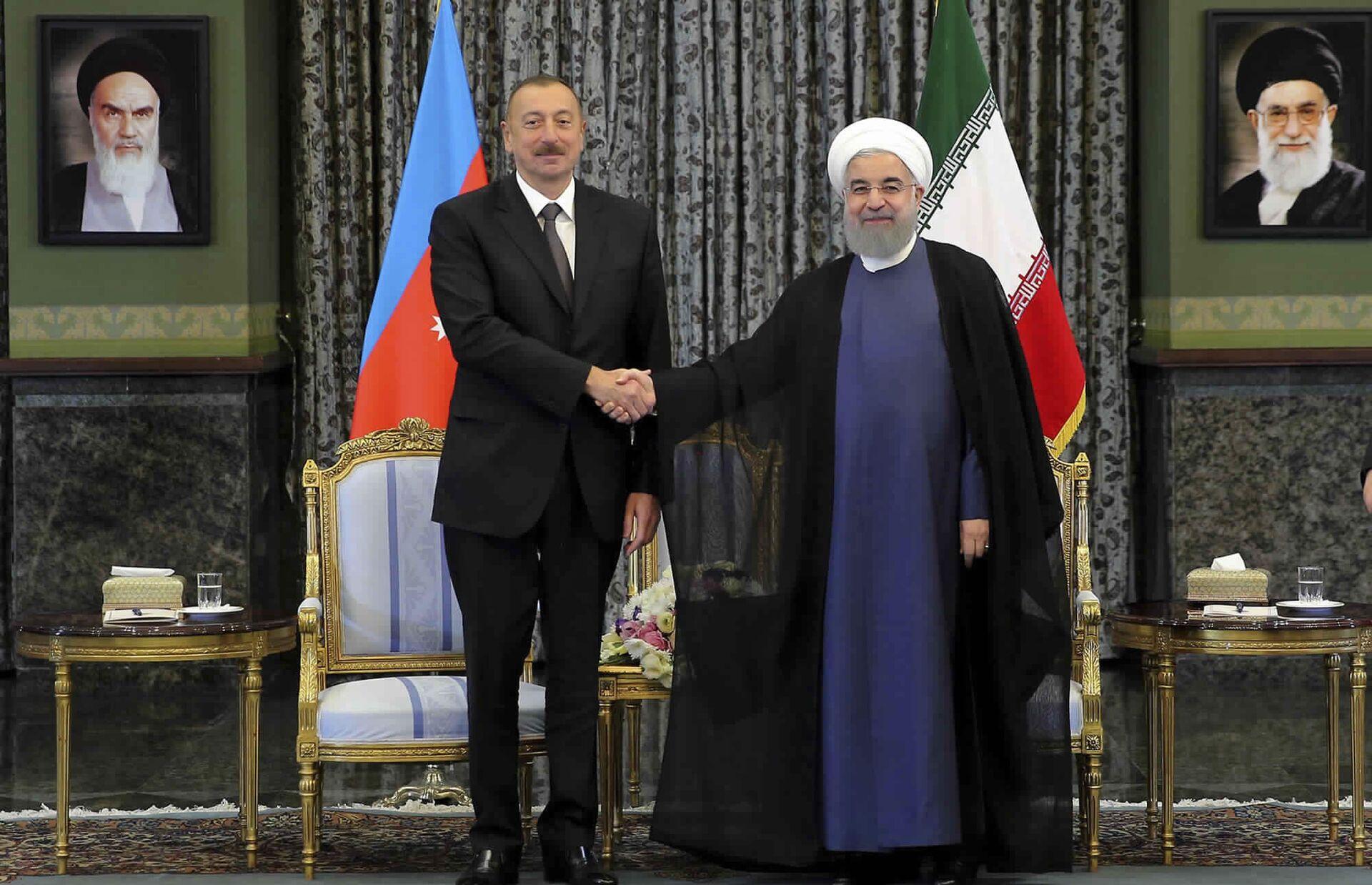 Президент Ирана Хасан Рухани и президент Азербайджана Ильхам Алиев перед началом встречи в Тегеране. 1 ноября 2017 - РИА Новости, 1920, 16.10.2020