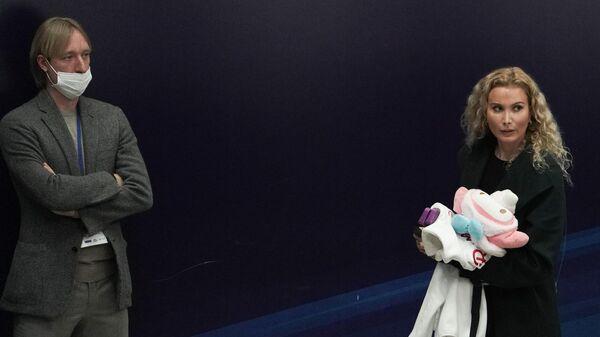 Тренеры Евгений Плющенко и Этери Тутберидзе после выступлений спортсменок с короткой программой в женском одиночном катании на II этапе Кубка России - Ростелеком по фигурному катанию в Москве.