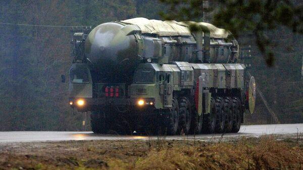 Подвижный грунтовый ракетный комплекс (ПГРК) стратегического назначения РС-12 Тополь. Архив