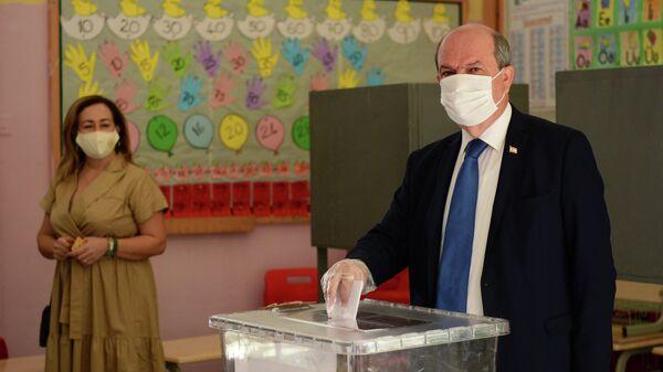 Эрсин Татар на избирательном участке