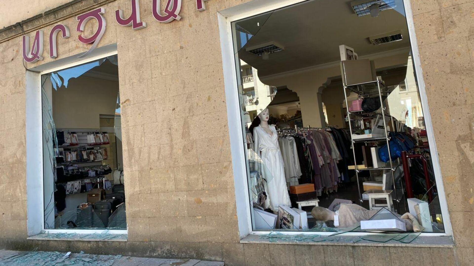 Выбитые витрины магазина в результате ночного обстрела Степанакерта - РИА Новости, 1920, 17.10.2020