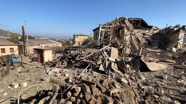 Дом, поврежденный в результате обстрелов Степанакерта. Стоп-кадр с видео
