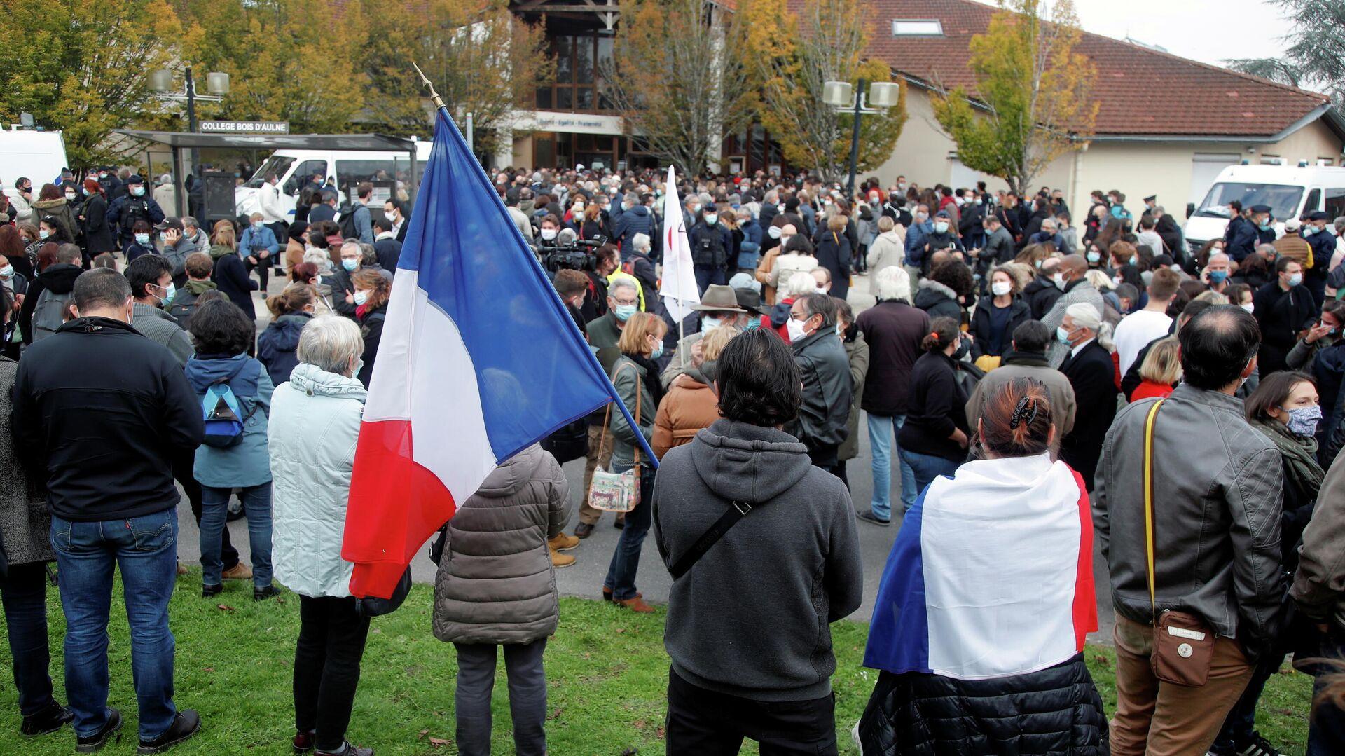 Люди собираются на месте убийства учителя в коммуне Конфлан-Сент-Онорин, Франция - РИА Новости, 1920, 20.10.2020