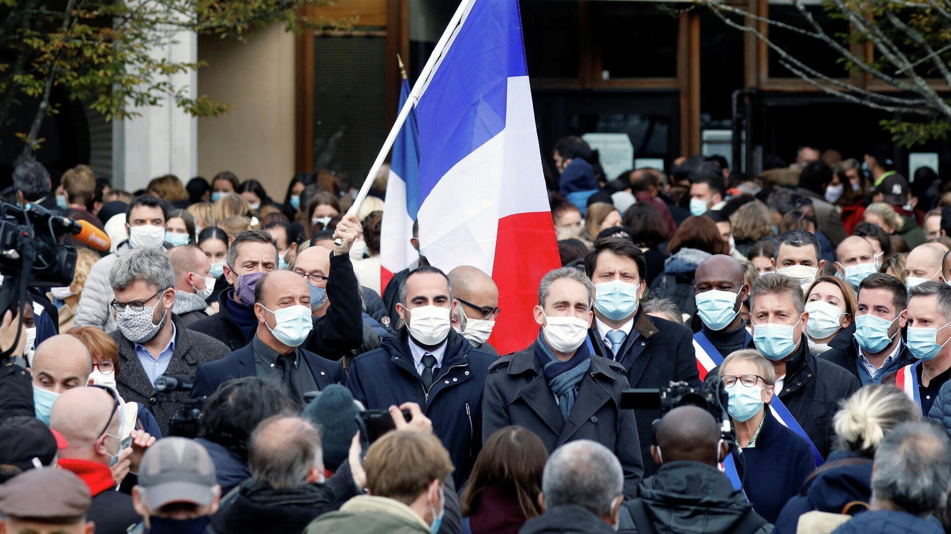 Люди собираются на месте убийства учителя в коммуне Конфлан-Сент-Онорин, Франция - РИА Новости, 1920, 19.10.2020