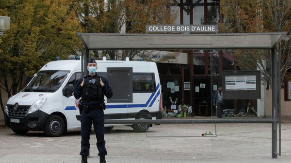 На месте убийства учителя в коммуне Конфлан-Сент-Онорин, Франция