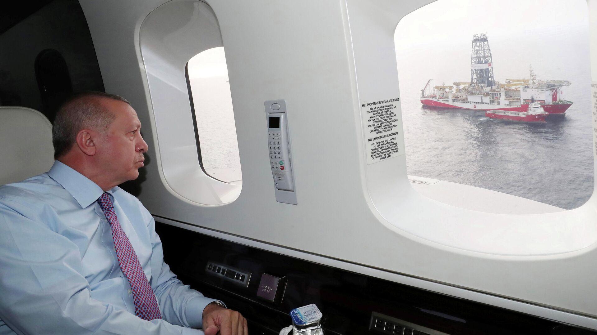 Президент Турции Тайип Эрдоган смотрит на буровое судно Fatih со своего вертолета, Турция. 17 октября 2020 - РИА Новости, 1920, 17.10.2020