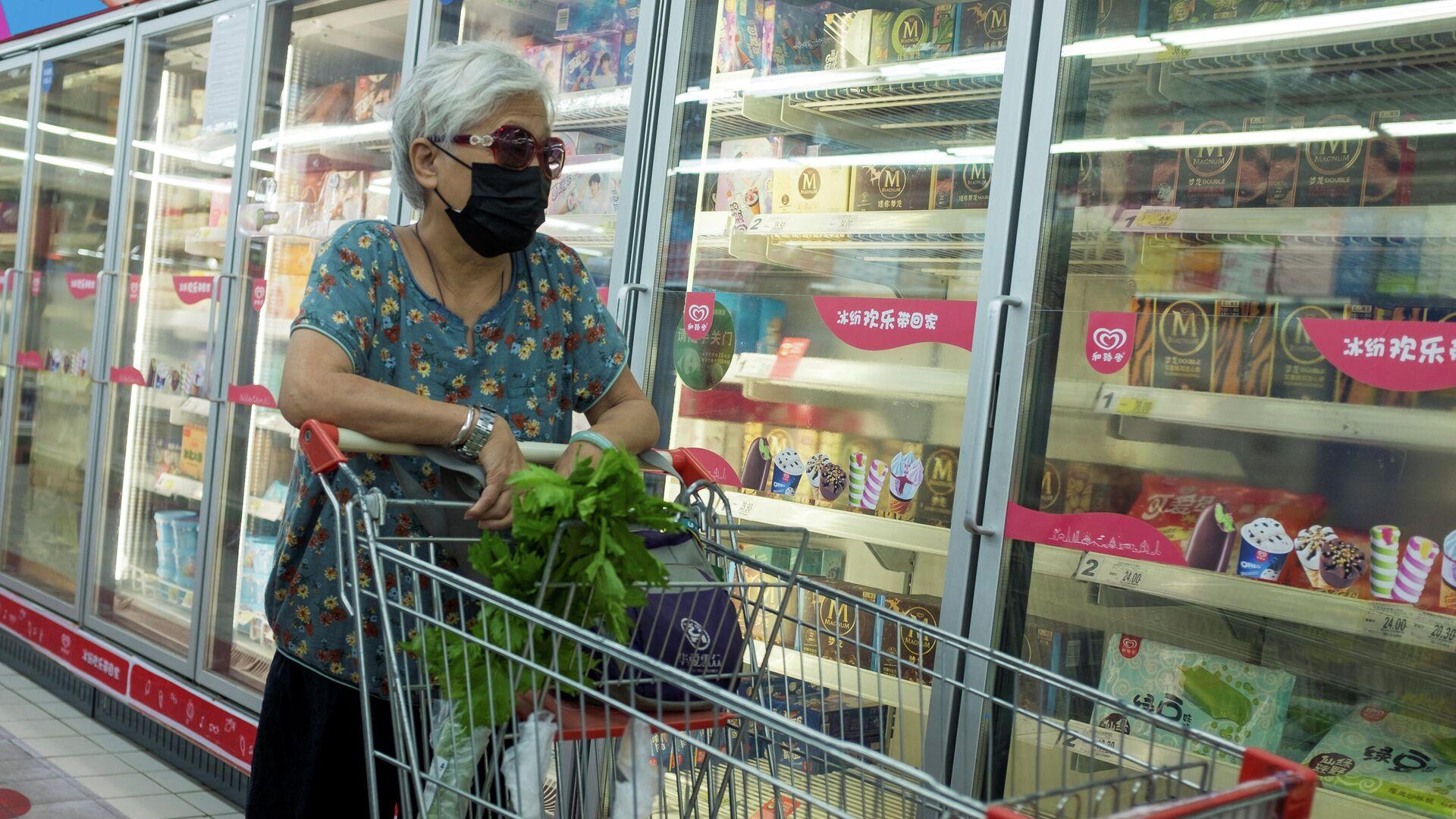 Женщина у стеллажа с замороженной продукцией в супермаркете в Пекине, КНР - РИА Новости, 1920, 18.10.2020