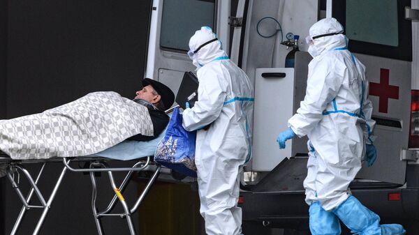 Бригада скорой медицинской помощи доставила пациента в карантинный центр в Коммунарке