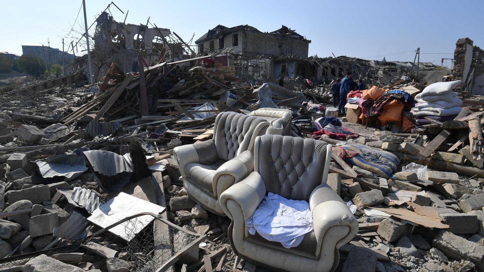 Мебель и вещи, которые жители Гянджи собирают среди обломков своих домов, разрушенных после обстрела - РИА Новости, 1920, 23.10.2020