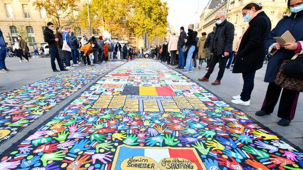 Участники акции памяти на площади Республики в Париже