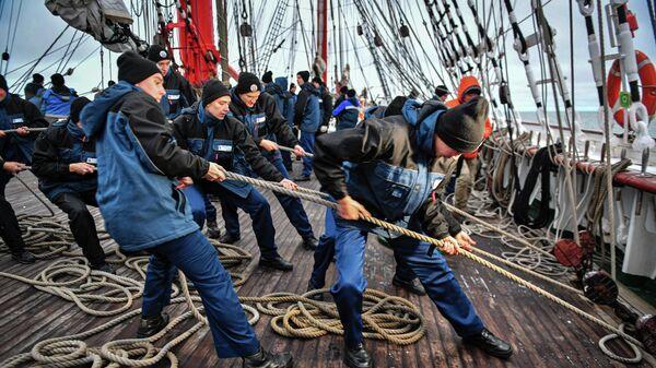 Курсанты-практиканты во время перебрасовки рея на палубе парусного судна Седов в Карском море