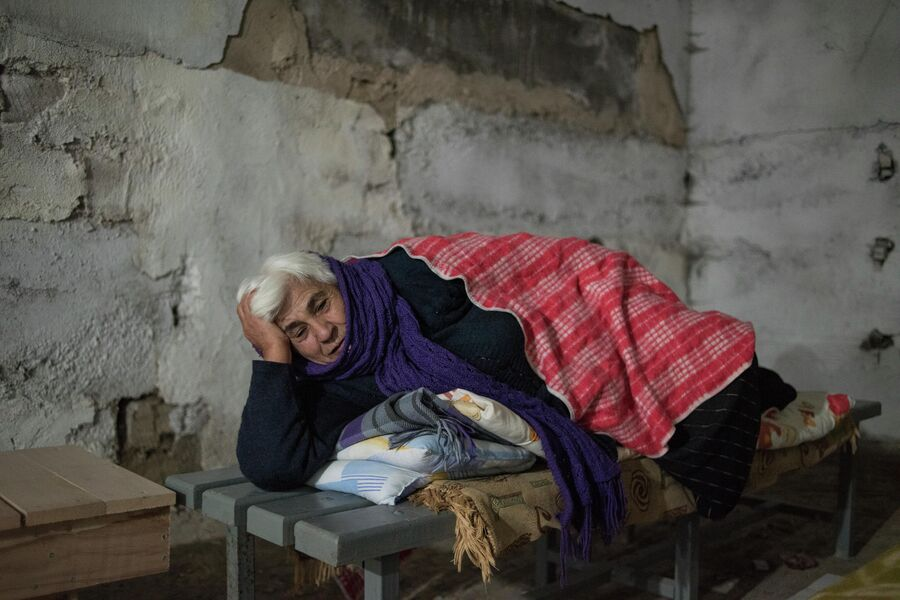 Жители Степанакерта переместились в подвал дома из-за обстрелов города