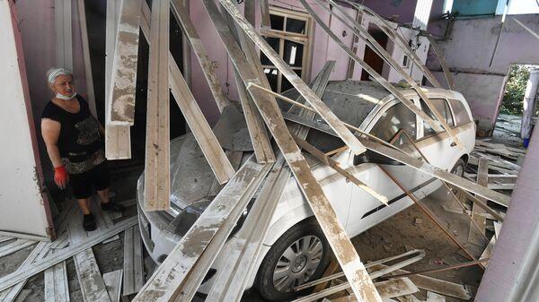 Жительница Гянджи в разрушенном после обстрела доме