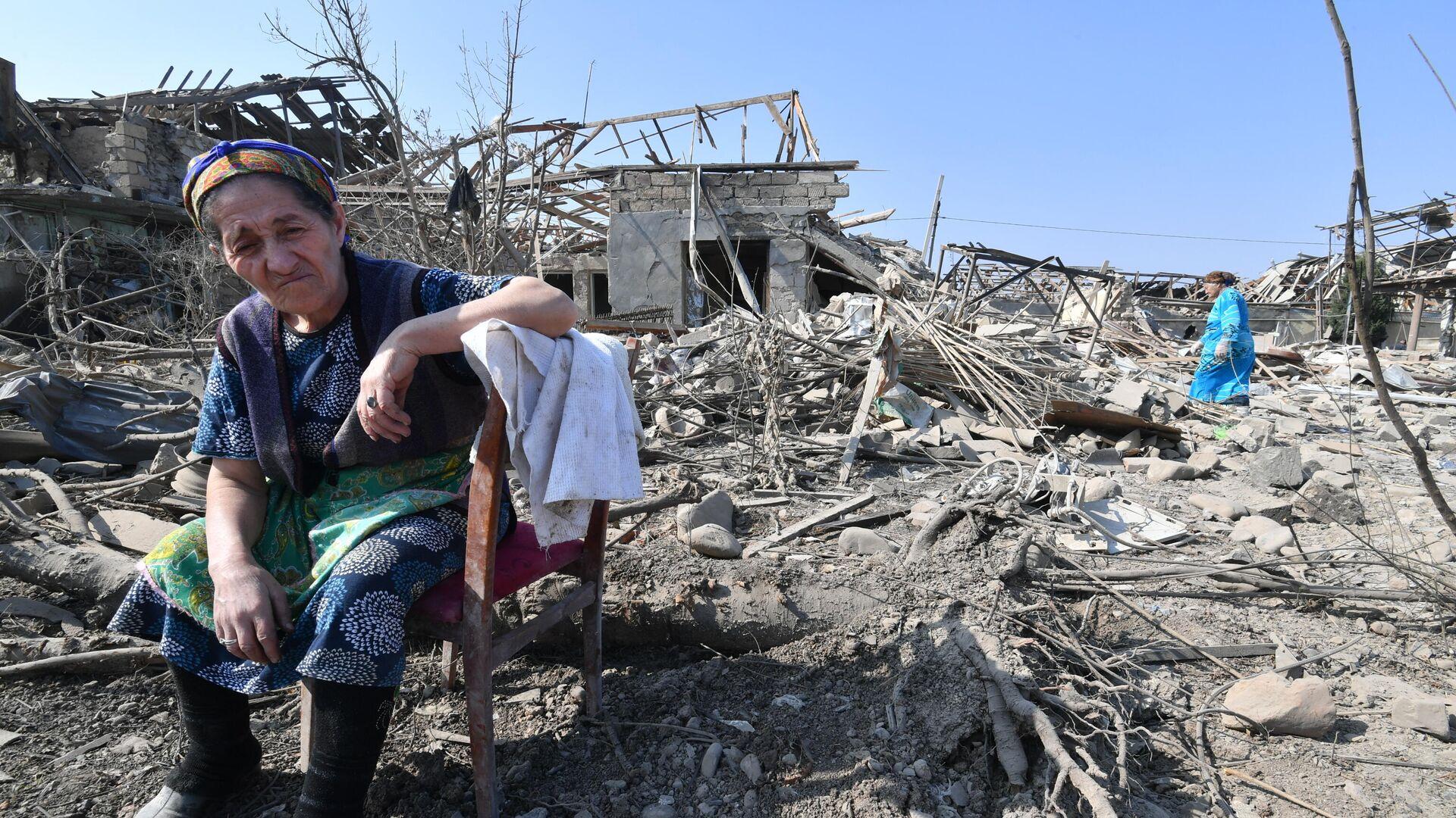 Жители Гянджи у разрушенных после обстрела домов - РИА Новости, 1920, 20.10.2020