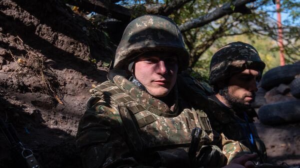 Военнослужащие армии обороны Нагорно-Карабахской Республики отдыхают в окопе