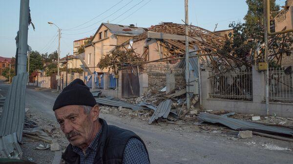 Пожилой мужчина на одной из улиц Степанакерта