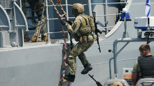 Военнослужащие отрабатывают действия против захвата кораблей в Черном море в рамках международных учений Sea Breeze