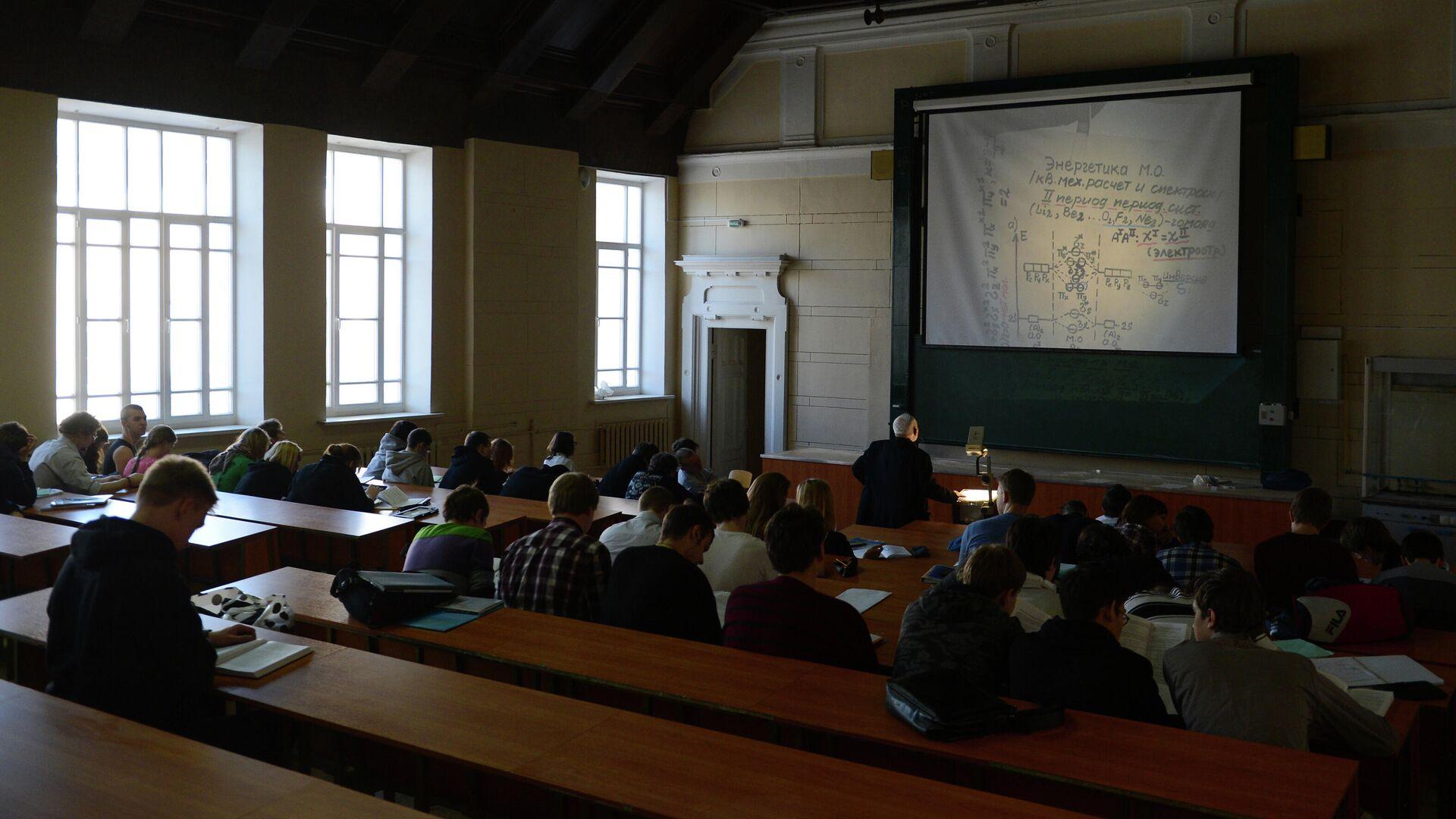 Студенты МГТУ имени Н.Э. Баумана во время лекции в аудитории - РИА Новости, 1920, 17.11.2020